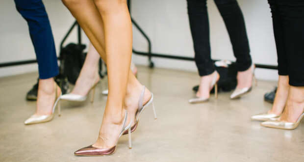 mulheres calçando sapatos de salto